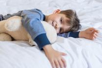 7 أسباب وراء إصابة طفلك بالأرق ليلاً